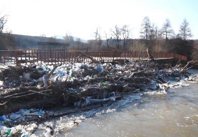 (Видео) Бегов мост край Невестино заприлича на сметище